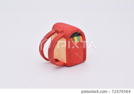 用粘土製成的紅色學校單元格 72870564