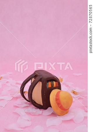 棕色的學校單元格由櫻花和粘土製成的粉紅色的背景,黃色的帽子 72870565