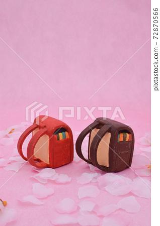 櫻花在粉紅色的背景上,用粘土製成的紅色和棕色陸地細胞 72870566
