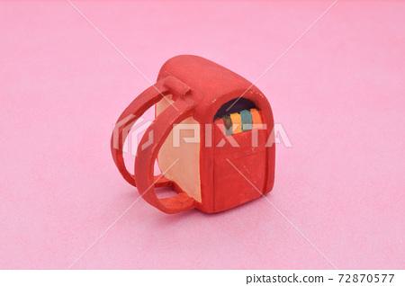 紅色學校細胞由粘土製成粉紅色的背景上 72870577