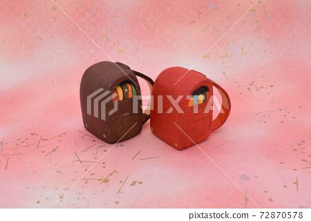 紅色和棕色的學校細胞,用粘土製成的粉紅色的背景 72870578
