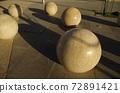 [約旦]安曼(Amman),由石頭製成的球形物體,放置在市中心的廣場上,還有陽光造成的陰影 72891421