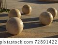 [約旦]安曼(Amman),由石頭製成的球形物體,放置在市中心的廣場上,還有陽光造成的陰影 72891422