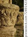[約旦]安曼市中心羅馬劇院一側裝飾的石柱廢墟 72891423