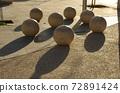 [約旦]安曼(Amman),由石頭製成的球形物體,放置在市中心的廣場上,還有陽光造成的陰影 72891424