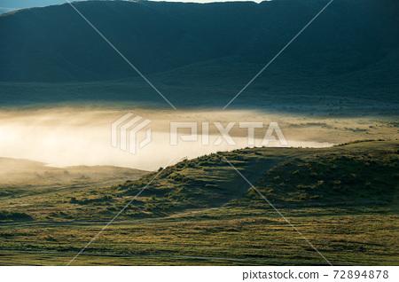 漂浮在雲海中的阿蘇谷的秋天黎明 72894878