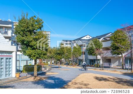 넓은 산책로 주거 환경 설계에 주력했다 둘러싸인 도시 72896528