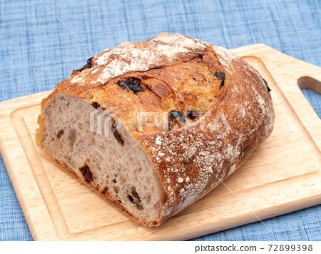건포도와 호두 빵 72899398