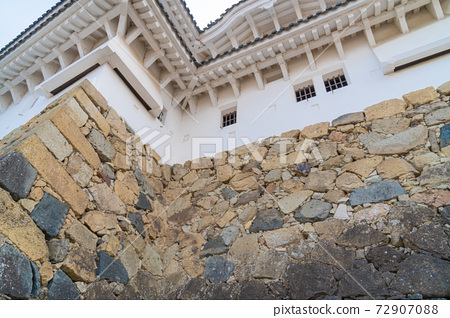 The wall of the small castle tower seen from between the water two gates and the water three gates (Himeji Castle) 72907088