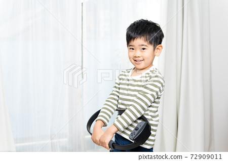 在房子裡鍛煉的男孩 72909011