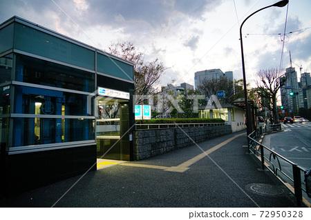 도쿄 분쿄구에있는 지하철 신오 차노 미즈 역 입구이다 엘리베이터 72950328