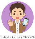 一個人拿著沒有標誌的智能手機的插圖圖標 72977526