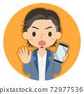 一個人拿著沒有標誌的智能手機的插圖圖標 72977536