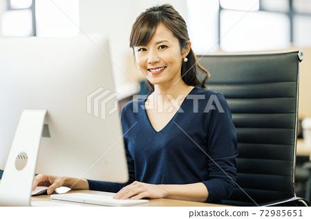 在辦公室工作的設計師 72985651