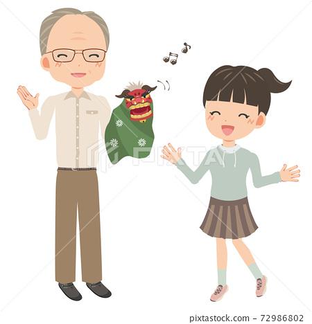 舞獅玩偶的祖父娛樂孫子 72986802