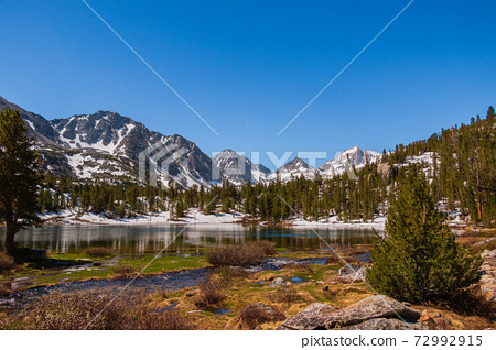 Mountains and a lake in the eastern Sierra Nevada  72992915