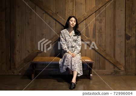 坐在古色古香的椅子上的女人 72996004