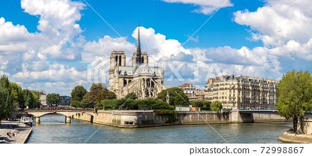 Seine and Notre Dame de Paris 72998867