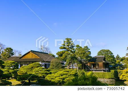 映照著秋葉的日本庭園(京都桂浦裡久) 73005742