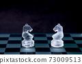面對棋盤的騎士。灰階 73009513