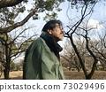 一個六十多歲的男人在寒冷的日子在公園散步 73029496