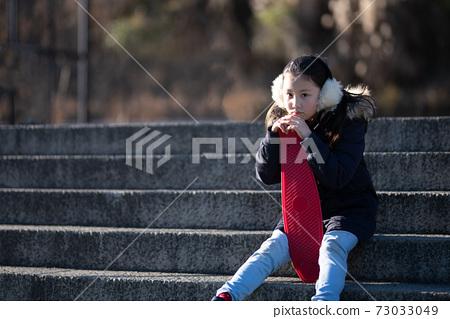 女孩坐在樓梯上的滑板 73033049