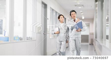 공장에서 일하는 사람들 기밀 영역 이미지 73040697