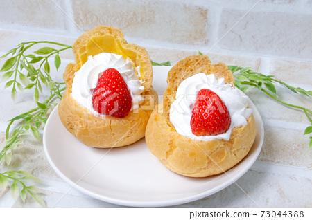 奶油泡芙,西式糕點,甜點,蛋糕,草莓,新鮮奶油,糖果,小吃,草莓 73044388