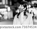 一個喜歡在晚上旅行購物的女人[插圖] 73074534