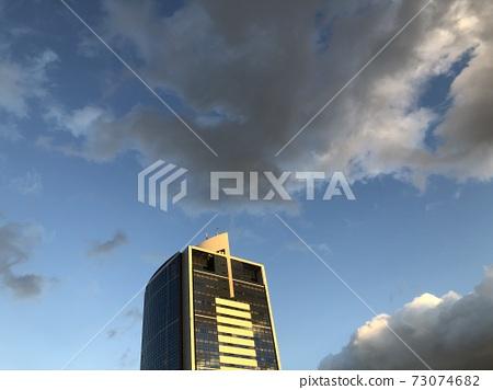 고층 빌딩의 노을 73074682