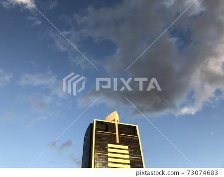 고층 빌딩의 노을 73074683