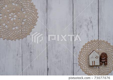 하얀 접시 벽에 장식 된 세련된 소품 73077876