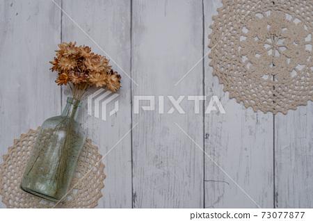 하얀 접시 벽에 장식 된 세련된 드라이 플라워 73077877