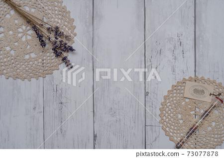 하얀 접시 벽에 장식 된 세련된 드라이 플라워 73077878