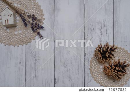 하얀 접시 벽에 장식 된 세련된 드라이 플라워 73077883