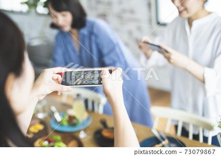 요리의 사진을 찍는 여성 73079867