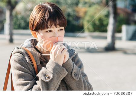 코트와 마스크를 착용 한 겨울 여성 73080807