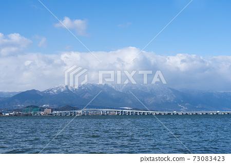 希拉山和琵琶湖橋的風景,被雪雲覆蓋 73083423