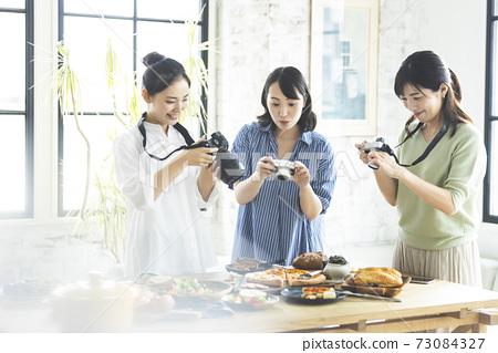 拍照片烹調的婦女 73084327