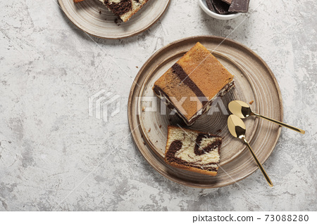 Sweet marble cake with chocolate 73088280