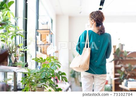 年輕女人購物 73102784