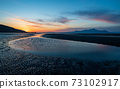 有明海黃昏時分的日落使禦洗井海岸染上了大海 73102917