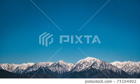 초겨울의 북 알프스와 밤하늘 73104902