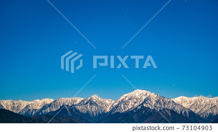 초겨울의 북 알프스와 밤하늘 73104903