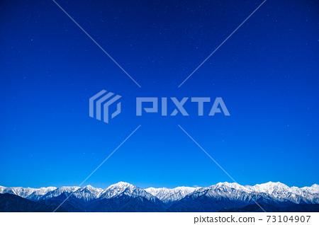 초겨울의 북 알프스와 밤하늘 73104907