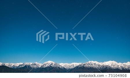 초겨울의 북 알프스와 밤하늘 73104908