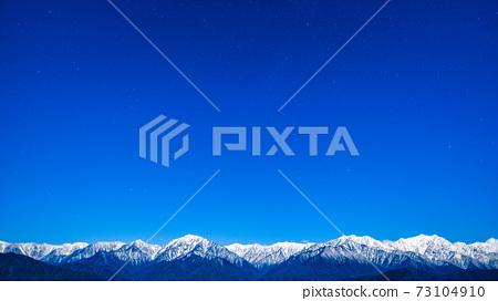 초겨울의 북 알프스와 밤하늘 73104910