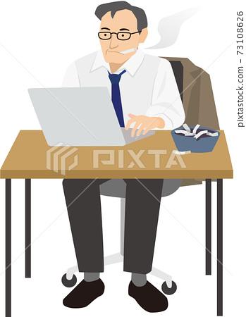 在計算機上工作時抽煙的男人 73108626