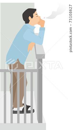 一個男人在陽台上抽煙 73108627