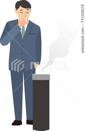 一個男人在煙灰缸前抽煙 73108629